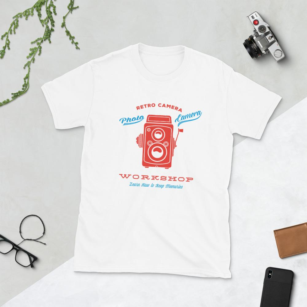 Fotografie cadeau: T-shirt bedrukt met tekst retro camera workshop en rode camera