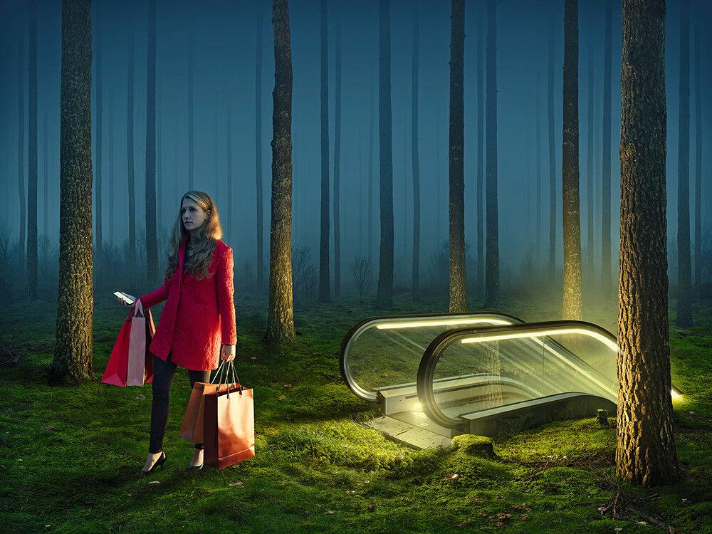 foto: © Erik Johansson (Zweden) - optische illusie: vrouw stapt van roltrap in een bos