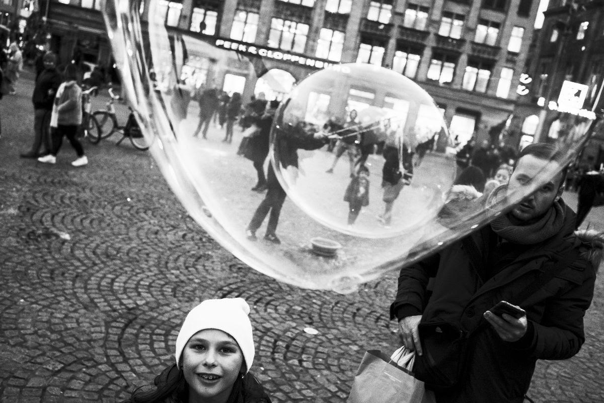 foto: © Ka-Ho Pang/Gallery WM - Invisible, meisje met bellenblaas in Amsterdam