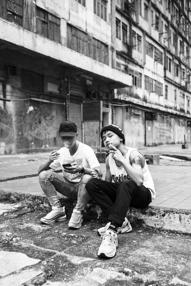 foto: © Ka-Ho Pang/Gallery WM - Invisible, twee tieners rokend op stoep in Hong Kong