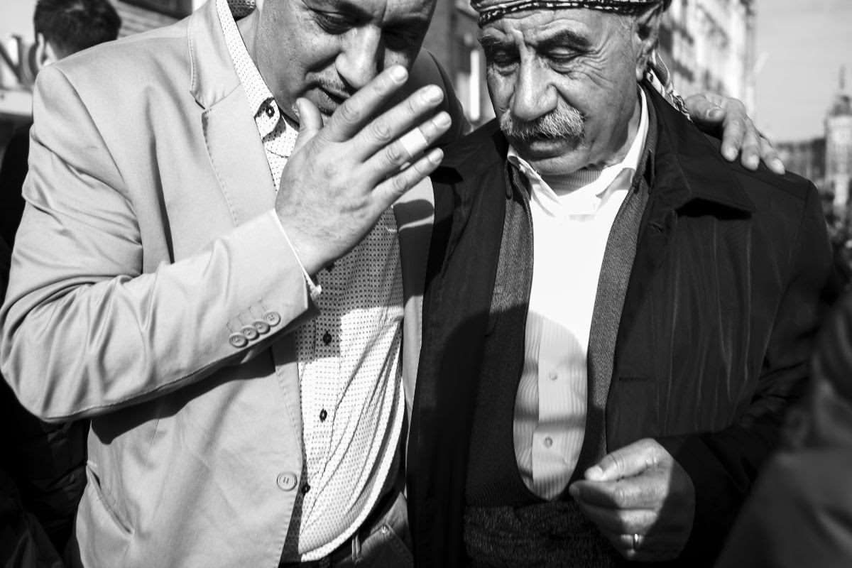 foto: © Ka-Ho Pang/Gallery WM - Invisible, twee mannen in gesprek