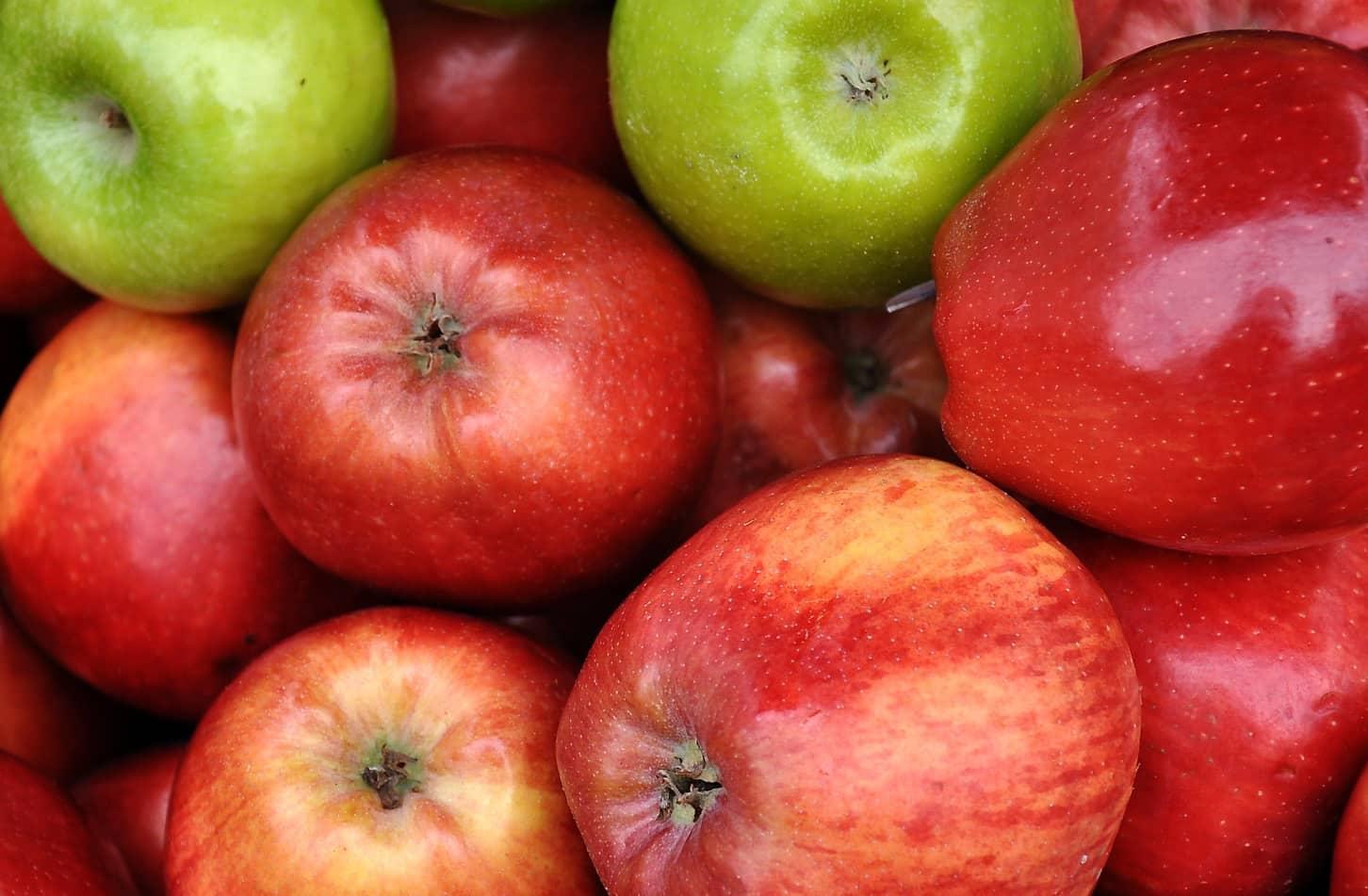 rode appels en twee groene appels
