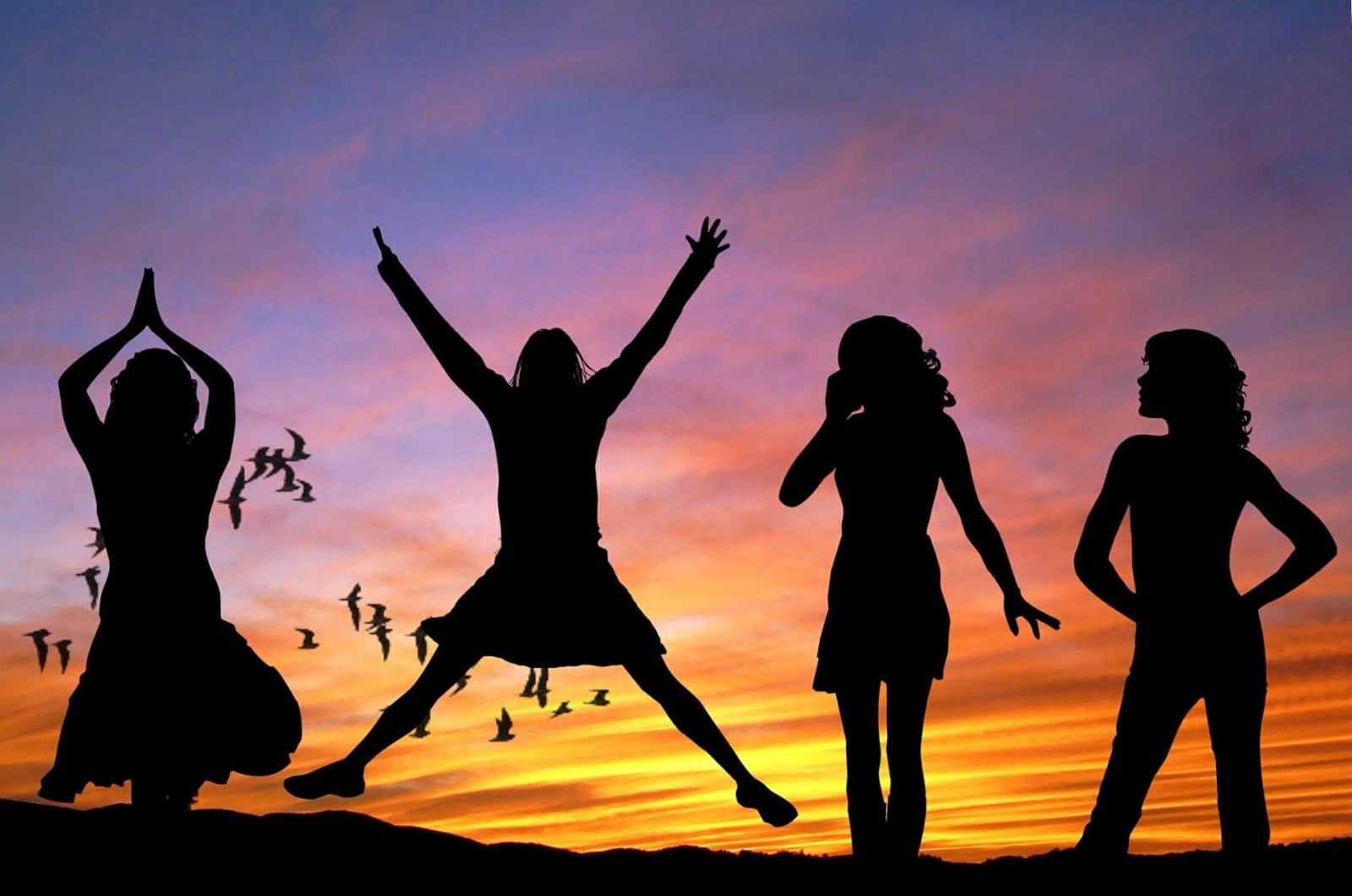 Flash Alexander - via Pixabay - 4 meisjes in silhouet bij zonsondergang