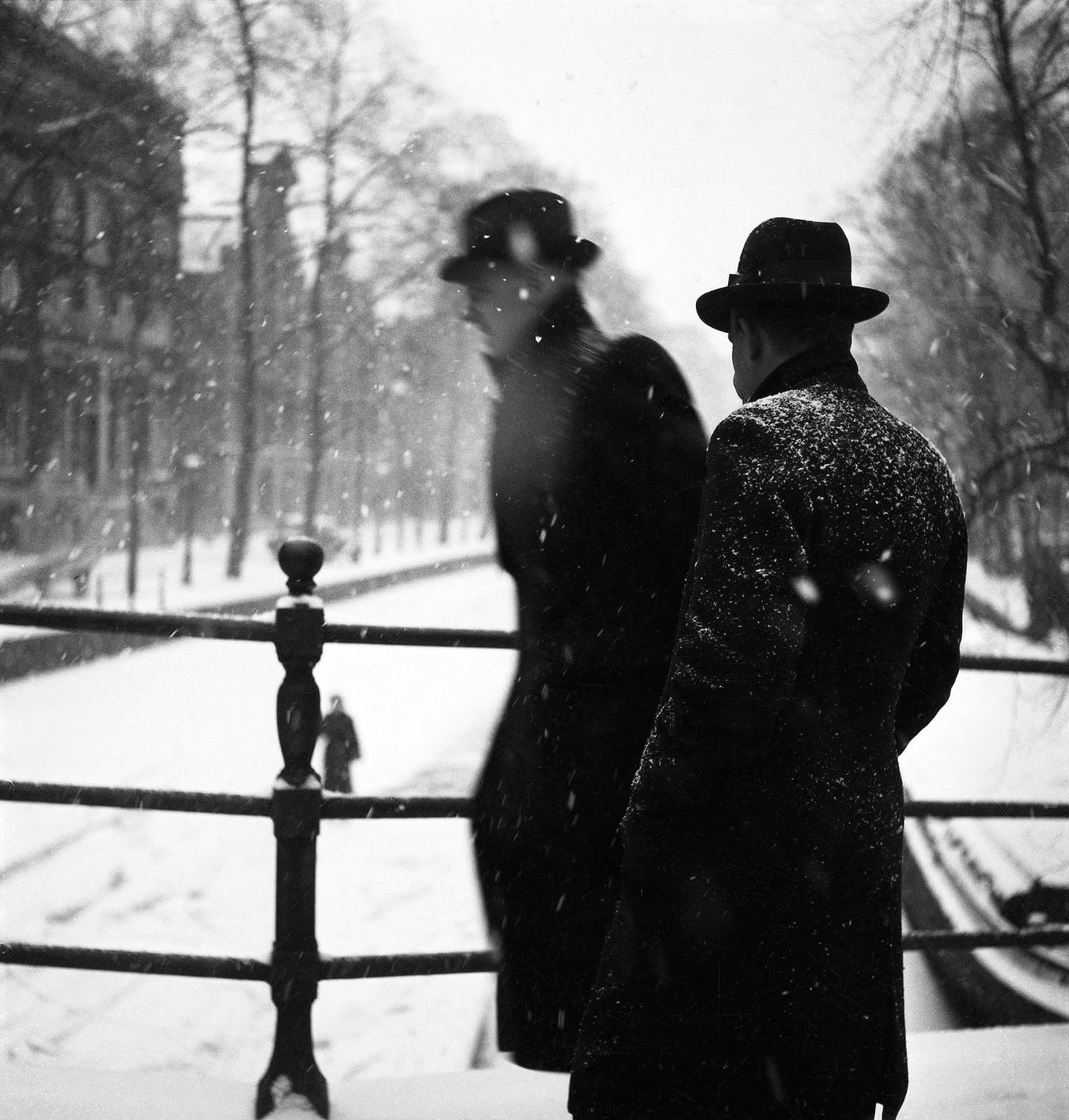 foto: © Carel Blazer/MAI - Amsterdam winter 1942, twee mannen in zwart met hoeden op brug van gracht