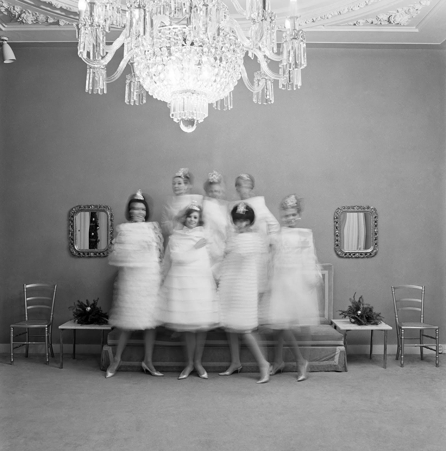 foto: © Paul Huf/MAI - Modellen in couture van modeontwerper Dick Holthaus in zijn salon, Amsterdam 1963