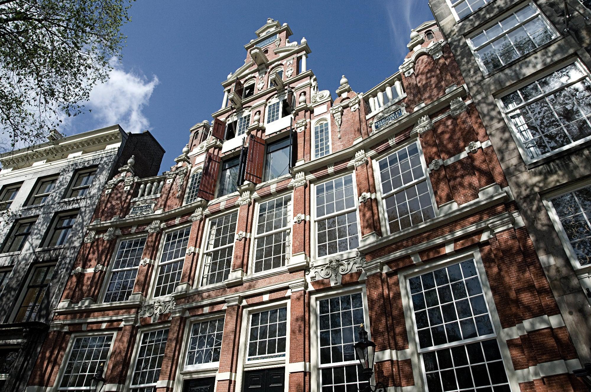 Buitenkant grachtenhuis Amsterdam door Arjan Bronkhorst