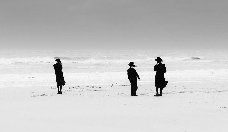 foto: © Eddy Verloes, Belgium, Winner of Best Single Image in a People of the World portfolio TPOTY - Losing our minds - ultraorthodoxe joden die op een onorthodoxe manier van hun vrijheid genoten in de storm (van hun leven) en ontsnapten aan de lockdown.