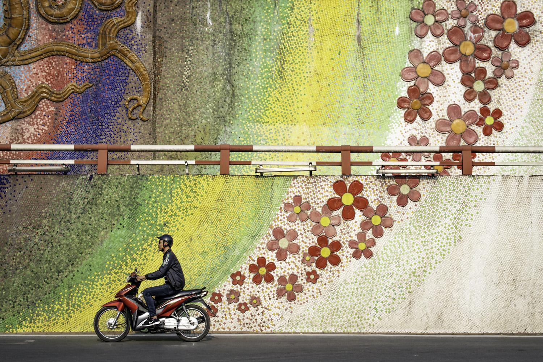Paul Sansome, UK Long Bien, Hanoi, Vietnam, TPOTY 2020 - een enkele motorfiets langs een deel van 's werelds langste mozaïekmuurschildering