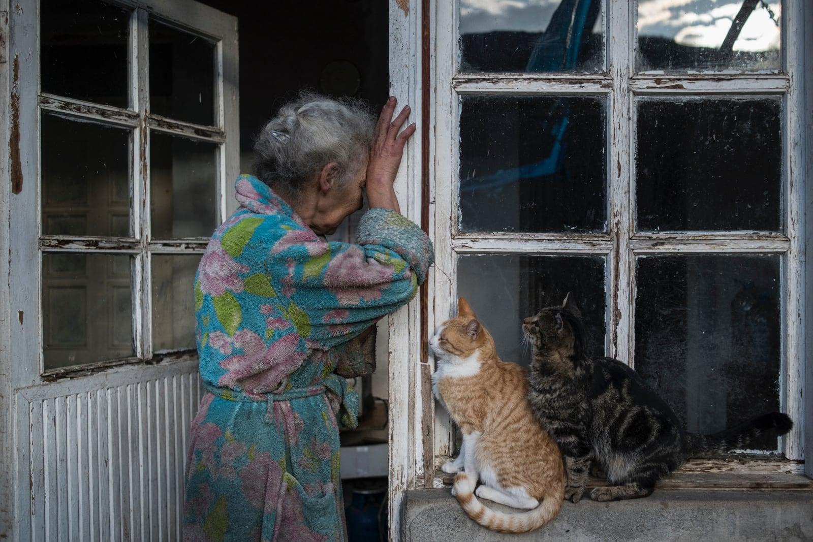 World Press Photo Story of the Year Nominee_Valery Melnikov_Sputnik, oude vrouw huilend bij huis waar ze weg moet