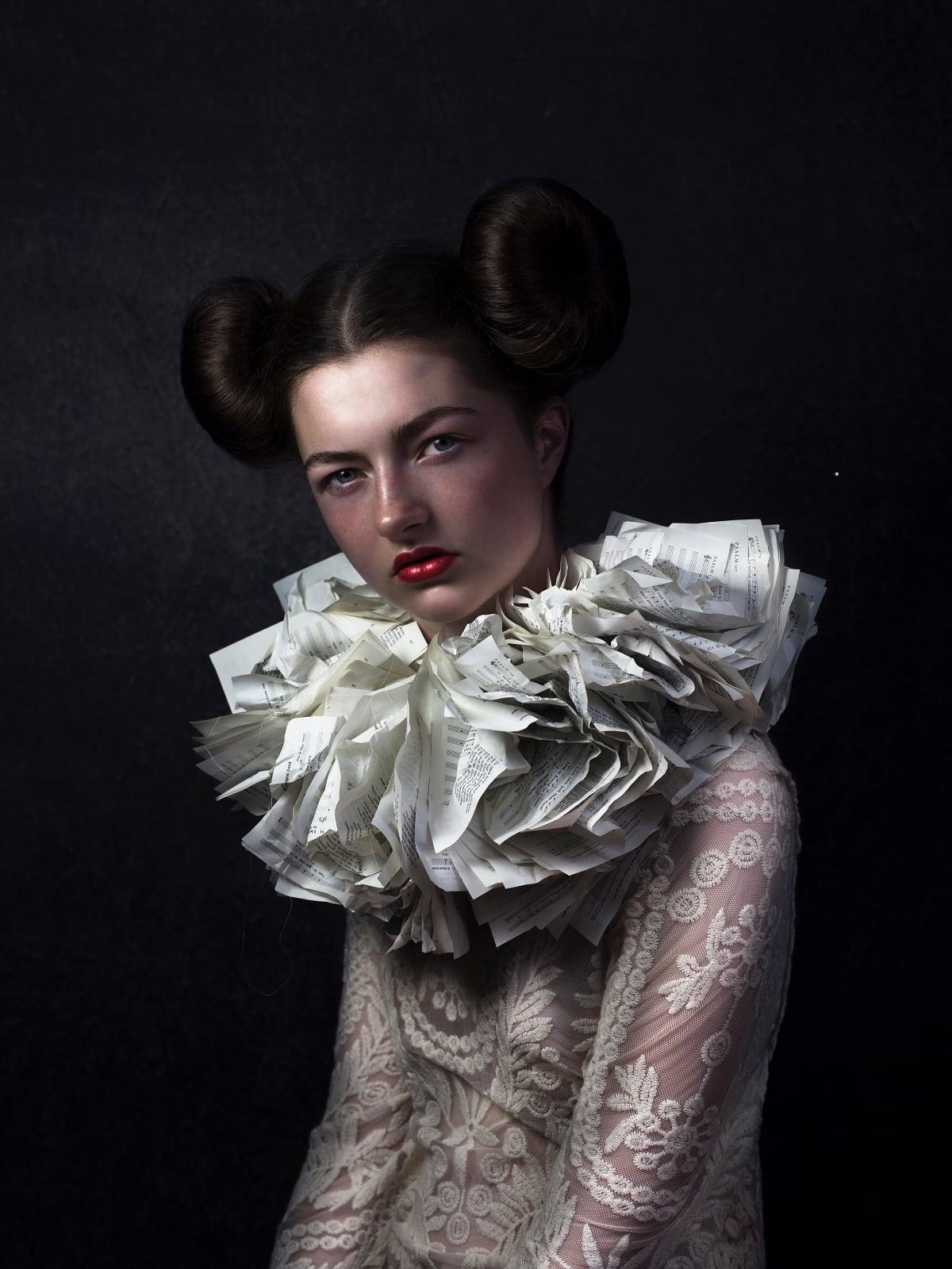 foto: © Jenny Boot - Delilah, portret van meisje met witte kraag van kassabonnetjes