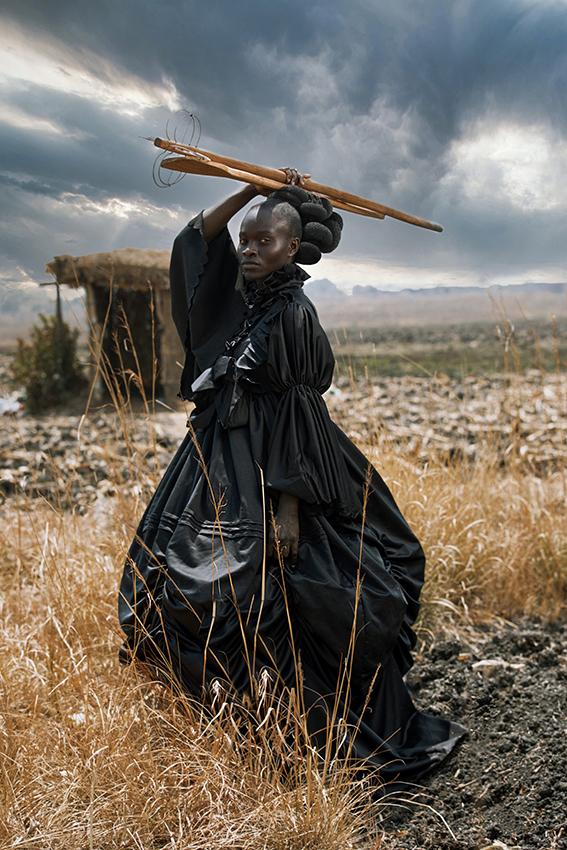 © Tamary Kudita, Zimbabwe, Open Photographer of the Year, Open competition, Creative, Sony World Photography Awards 2021 - zwarte vrouw gekleed in een Victoriaanse jurk met traditioneel Shona kookgerei.