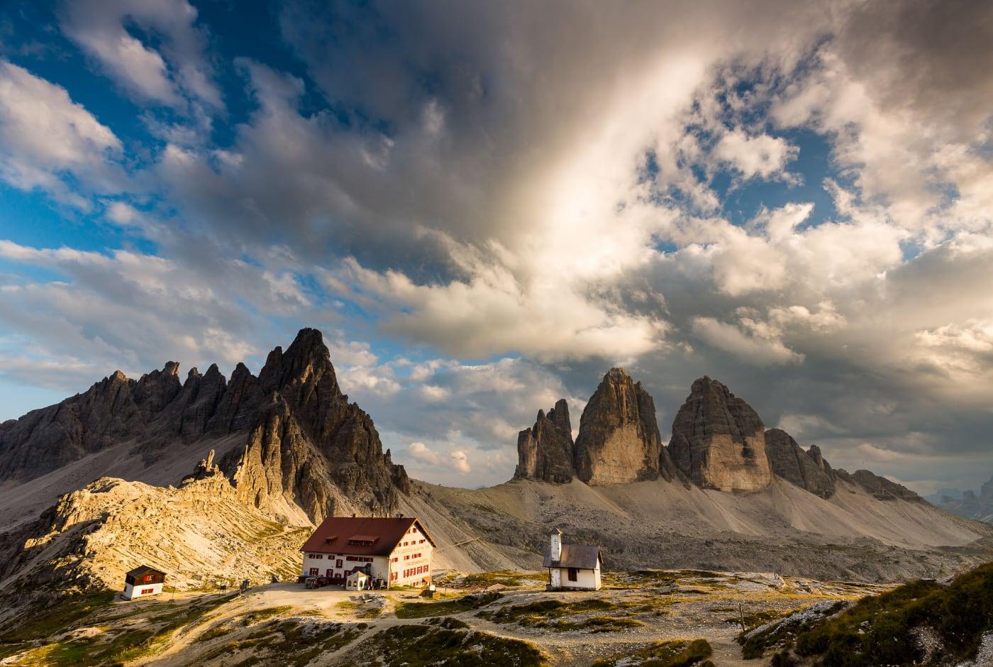 foto: © De Fotoreisshop - berglandschap met twee huizen