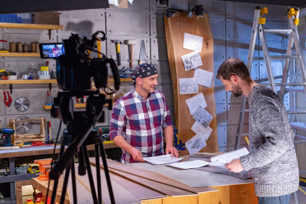 bedrijfsvideo maken met twee personeelsleden in bedrijfshal