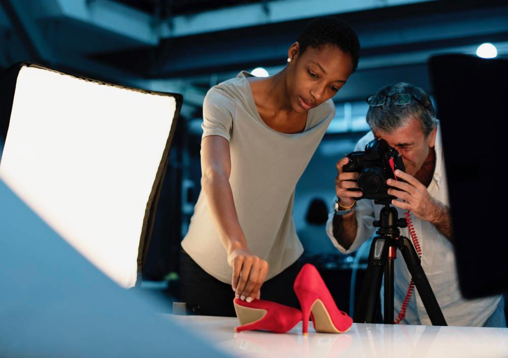 productfotografie van rode pumps met fotograaf en assistent