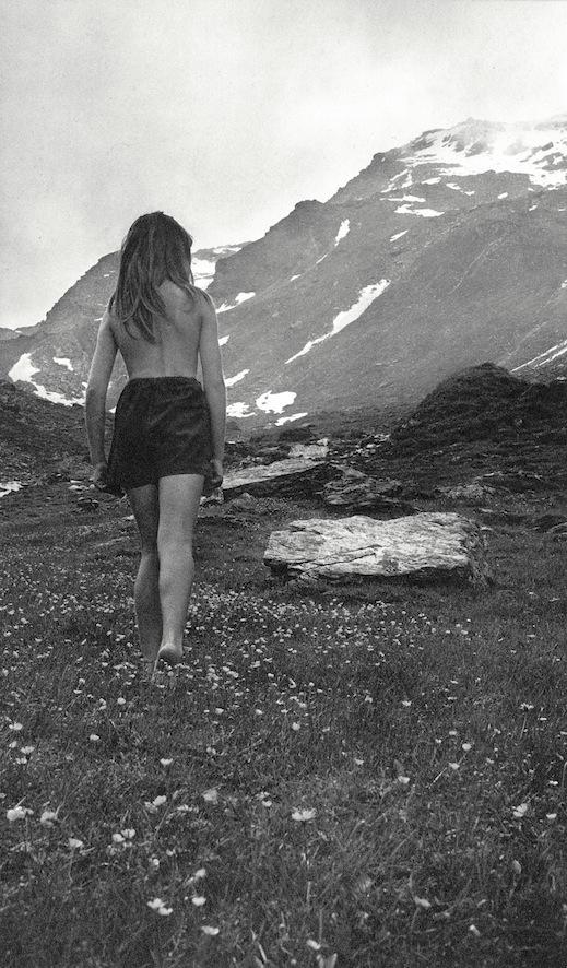 Ata Kandó - Kahmann Gallery, foto van vrouw in bergen zwartwit