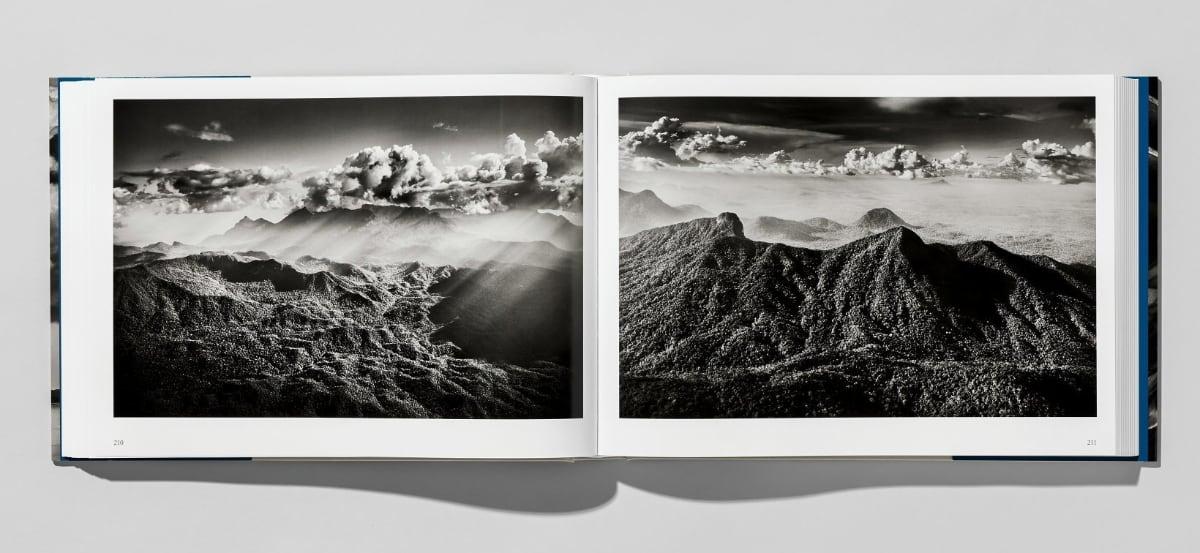Sebastião Salgado. Amazônia, ISBN 9783836585101, fotoboek ligt open met landschapsfoto's