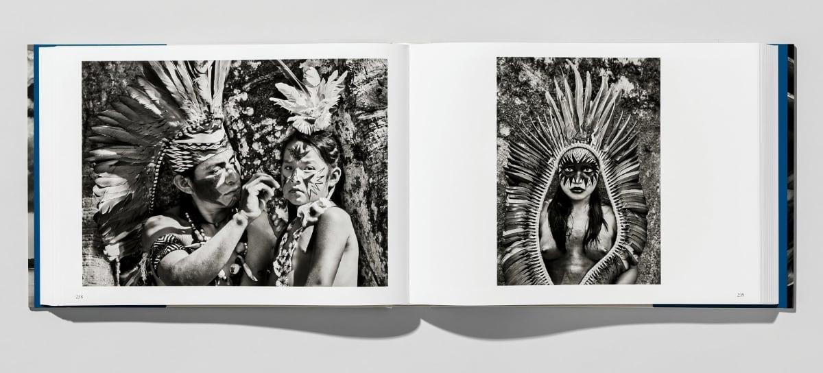 Sebastião Salgado. Amazônia, ISBN 9783836585101, fotoboek ligt open met foto's van stammen