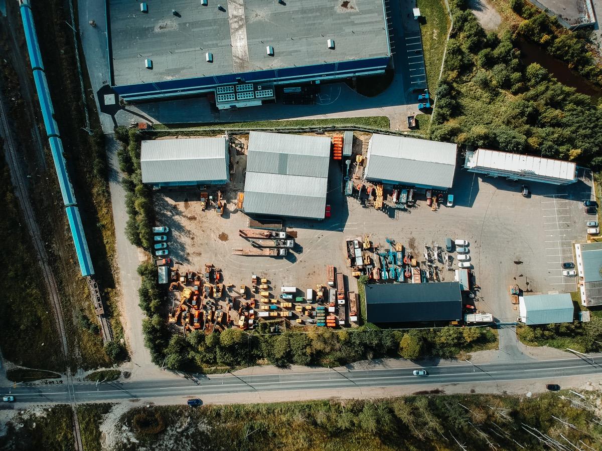 luchtfoto van gebouwen en parkeerplaats en weg