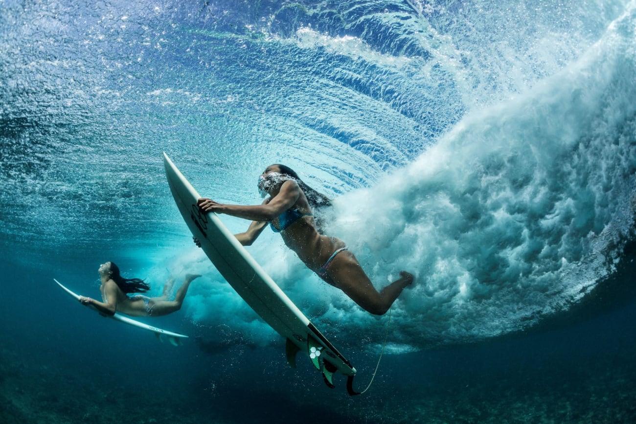 Fototentoonstelling Spectacle - Paul Nicklen/National Geographic: in de Stille Oceaan voor de kust van Makaha ontwijken surfers een golf