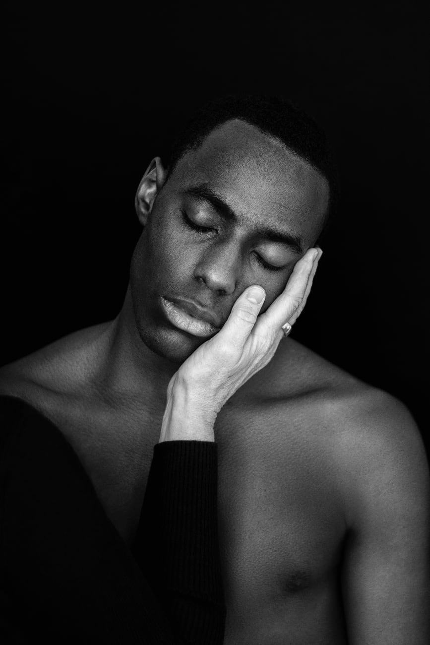 foto: © Ingeborg Everaerd - Busqueda: zwart-wit foto van zwarte man met blanke hand van oudere vrouw langs zijn gezicht