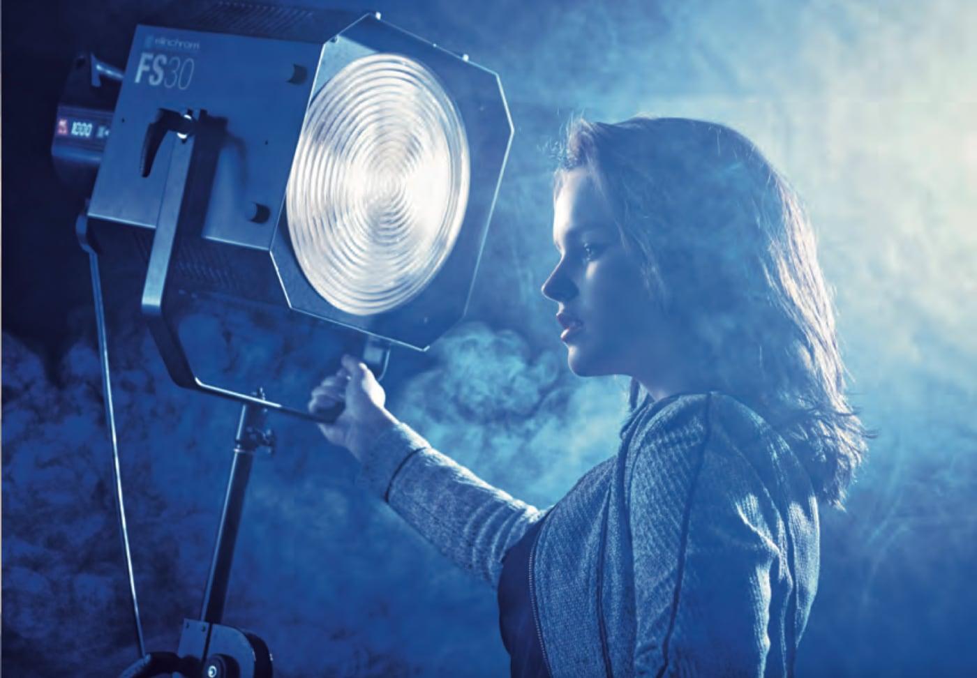 foto Frank Doorhof: meisje bij fotolamp, uit Fotograferen in elke situatie