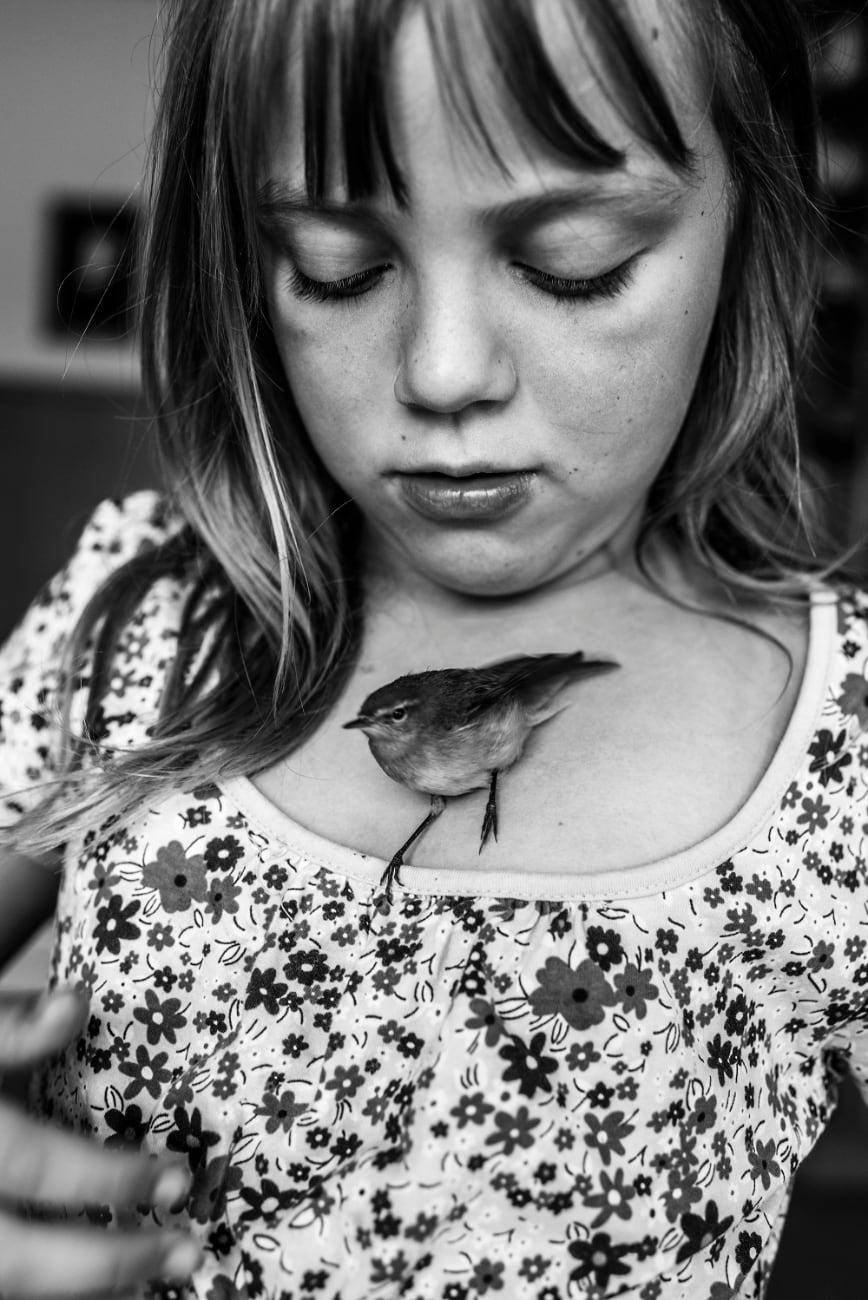 Carla-Kogelman - Ich bin Waldviertel, meisje kijkt naar beneden naar musje op haar borst