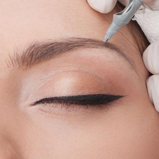 Microblading ist eine spezielle Form der Augenbrauen Pigmentierung. Im Gegensatz zu bisher bekannten Permanent Make-up sehen die Brauen mit Microblading natürlicher aus. Der Schwung und der Verlauf der Augenbrauen werden von unserer Master Classes PMU Artistin individuell angepasst und vorgezeichnet.