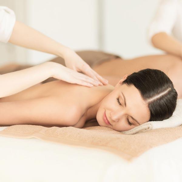 Fühlen Sie sich wohl! Nach einer entspannenden Massage oder reinigendem Peeling ist Ihr Erscheinungsbild beruhigt und erfrischt. Ganzkörpermassage oder eine Teilkörpermassage – entspannte verwöhnung pur.