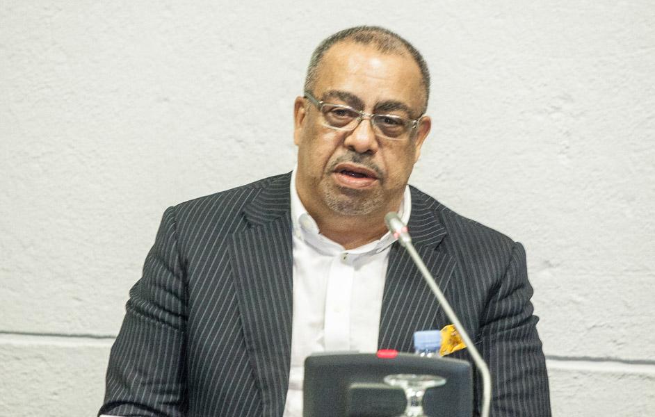 """""""Angola não cresce nada"""", afirma economista Carlos Rosado de Carvalho"""