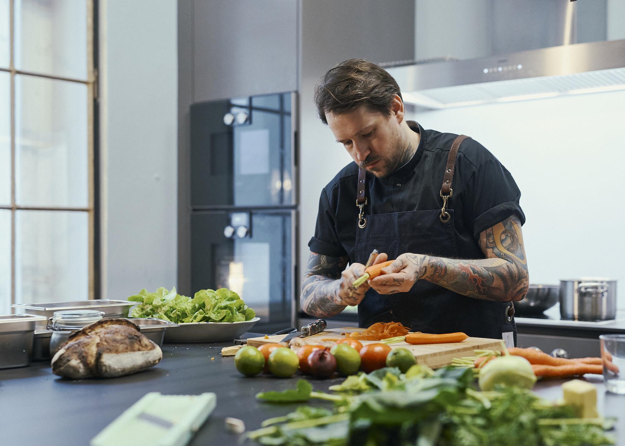 Foto eines Mannes mit Weinglas in Küche
