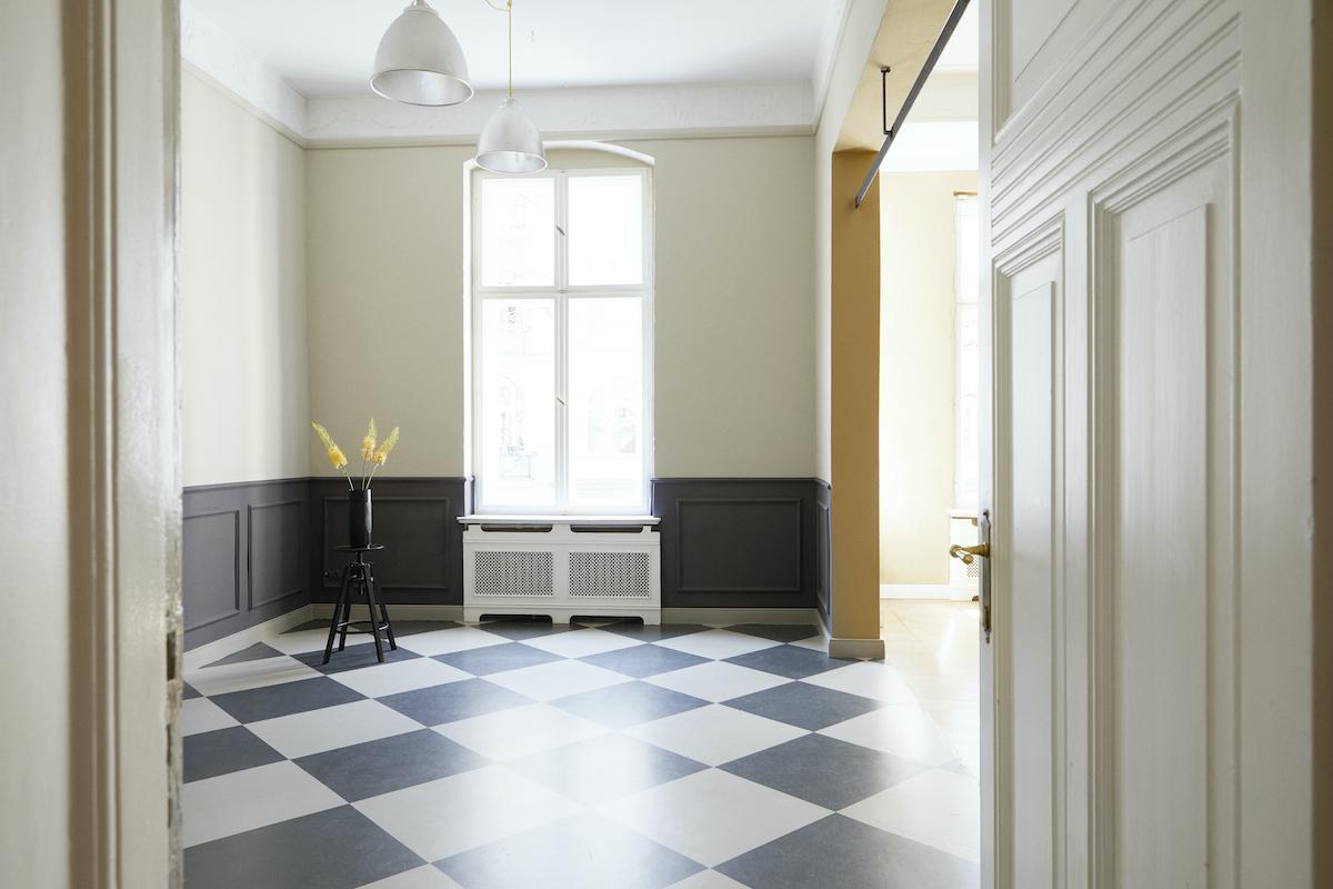 Foto eines Altbauzimmers mit einem Stuhl und Pflanzen