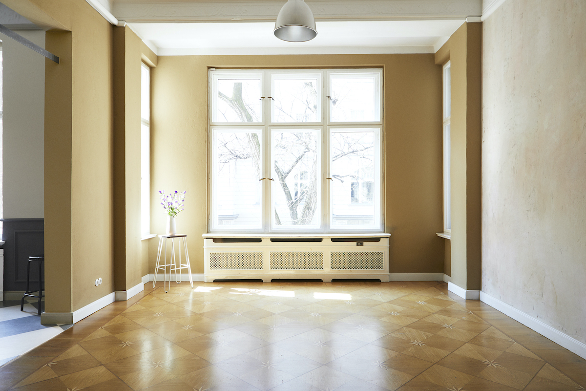 Foto mit Zimmer, Parkettboden und zwei Sesseln