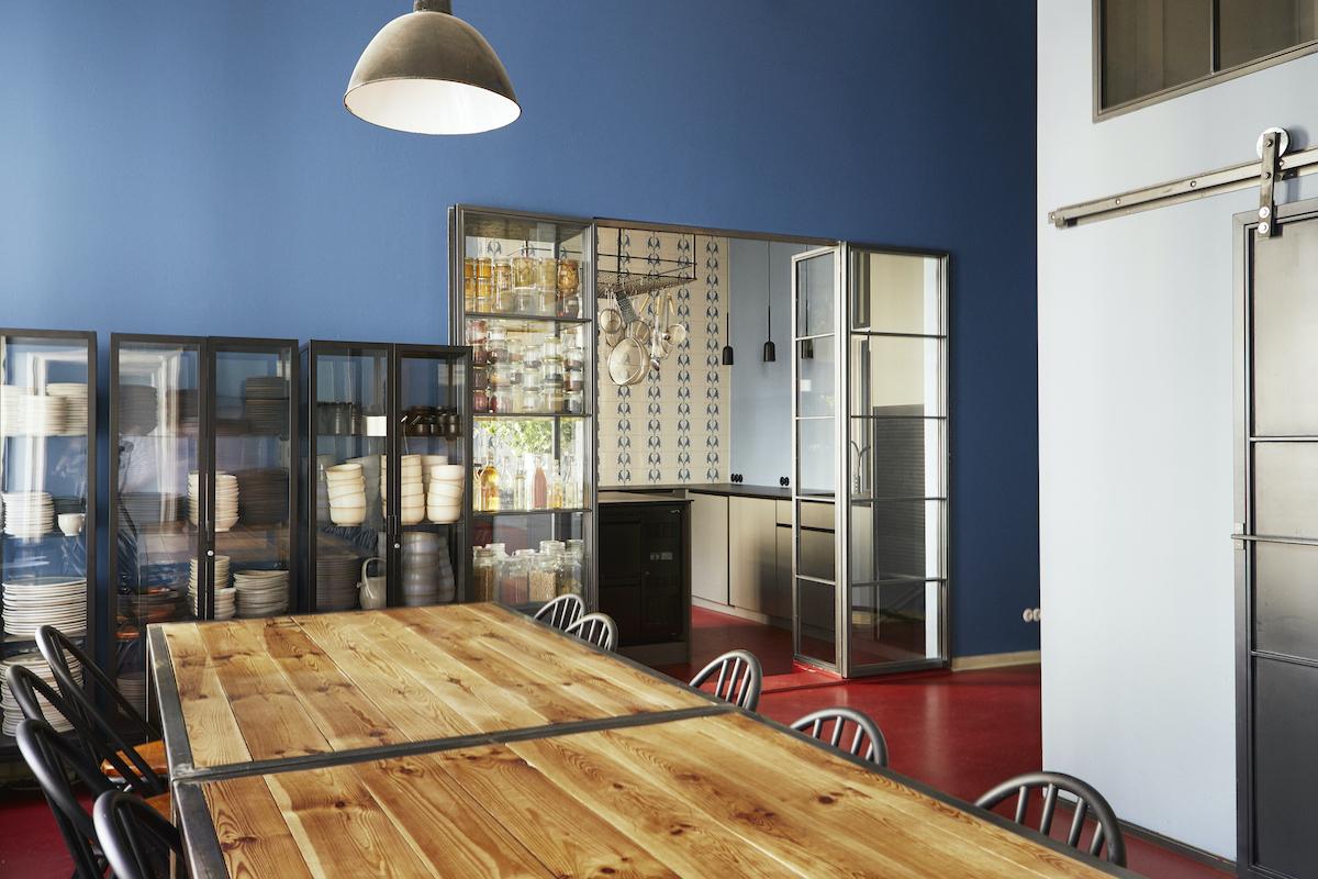 Foto einer großen Küche mit Esstisch