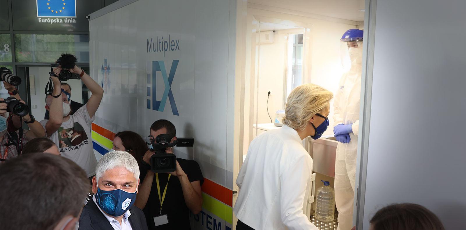Ursula von der Leyen visiting the mobile LAMP-testing solution