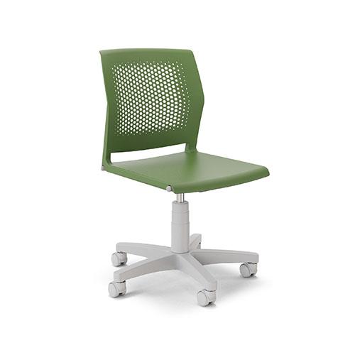 Cadeira giratória com estrutura metálica e capa plástica, assento e encosto em polipropileno.
