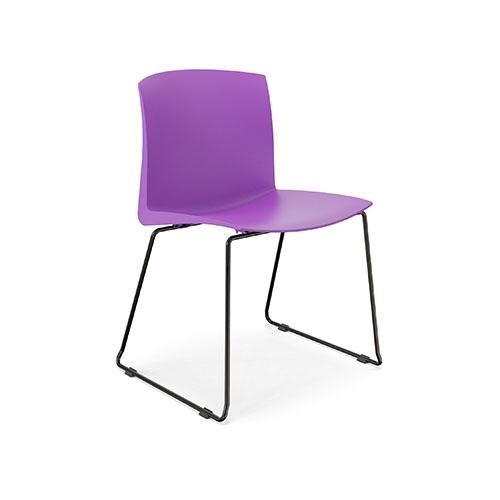 Cadeira fixa com estrutura metálica, empilhável, assento e encosto de polipropileno em concha única.