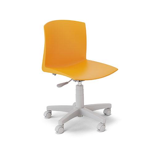 Cadeira giratória com estrutura metálica e capa plástica e rodízios, assento e encosto de polipropileno em concha única.