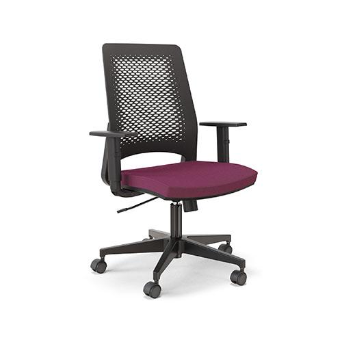 Cadeira giratória com base plástica, rodízios, assento estofado e encosto de polipropileno.