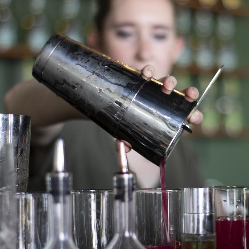 bartender_pouring_cocktails