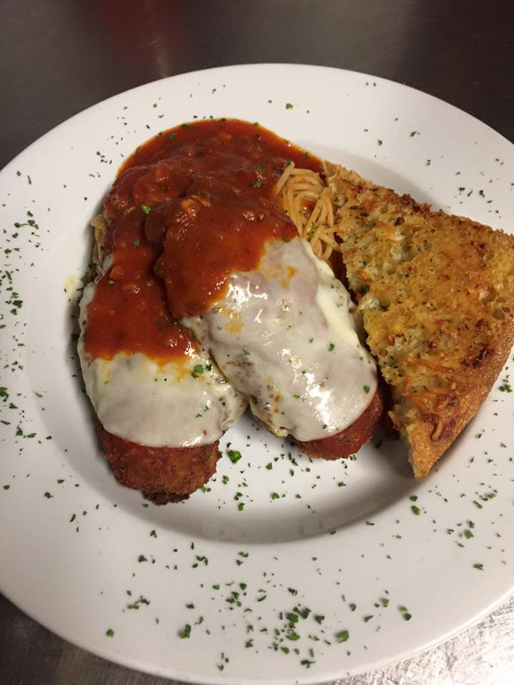 chicken parmesan with red sauce with cheesy bread