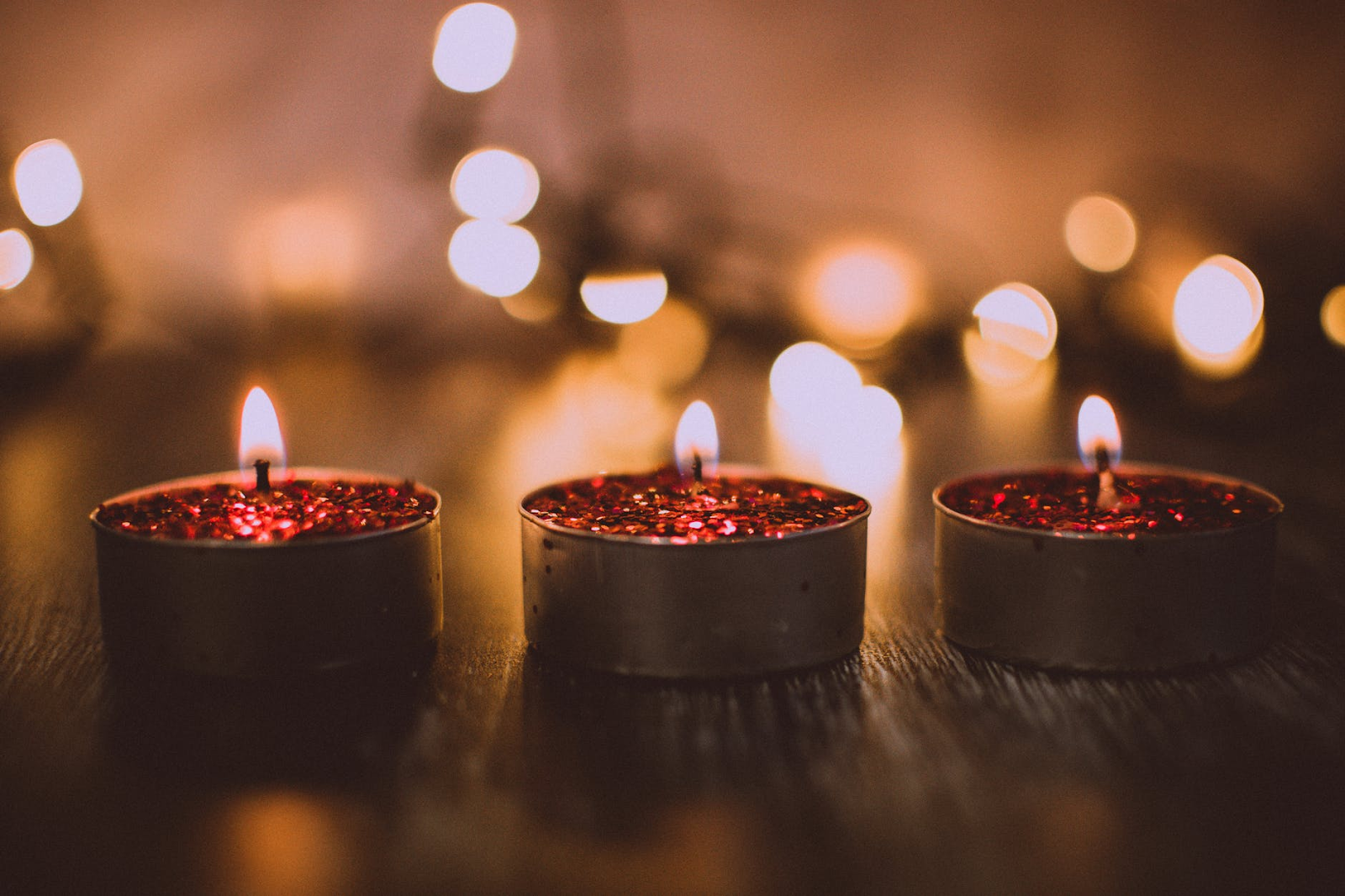 3 small tea light candles give the room a cozy glow