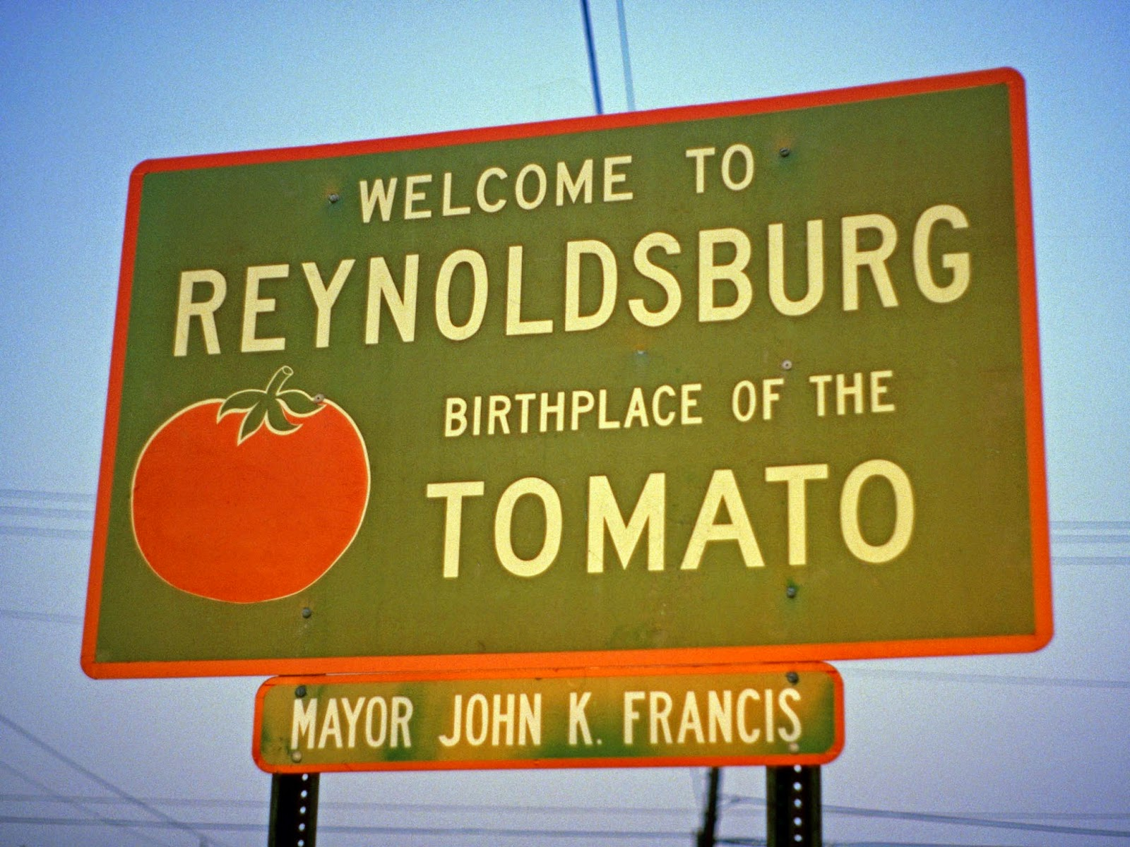 Sign saying 'Welcome to Reynoldsburg, Birthplace of the Tomato'