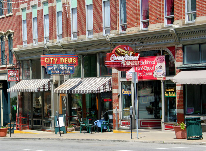 store fronts on a street in mansfield ohio
