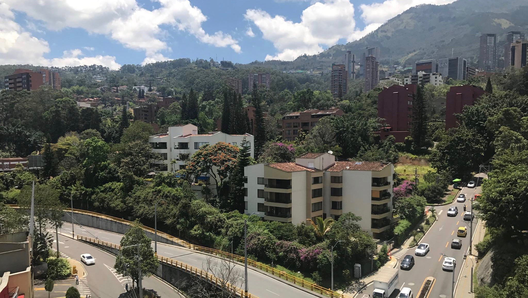 Medellín has the power of a city twice as big. Located in a narrow valley, its horizon reaches the sky, forming tall buildings and offices against the background of irregular peaks in all directions.
