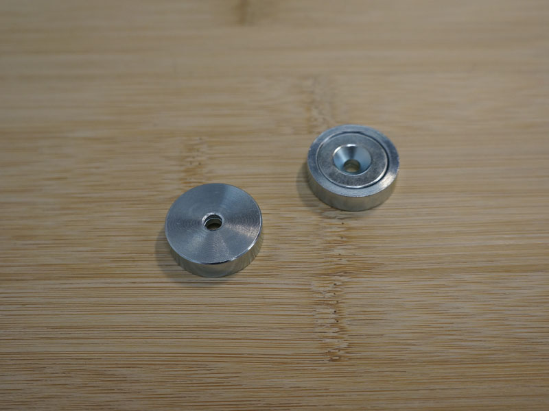 Base magnétique néodyme avec trou conique vue face carcasse ne fer et vue face aimanté