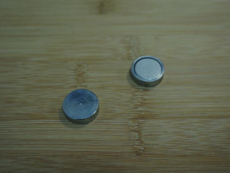 Base magnétique néodyme plate vue coté carcasse en fer et vue face aimanté