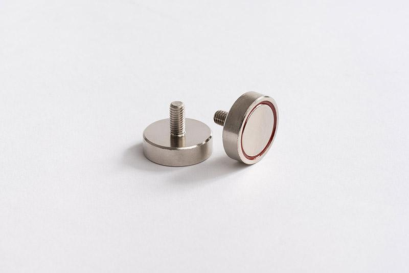 Base magnétique néodyme avec tige filetée vue face carcasse en fer et vue face aimanté