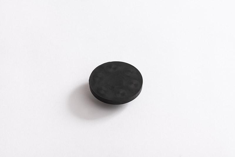 Vue de dessous de la Base antigliss avec tige filetée et caoutchouc noir