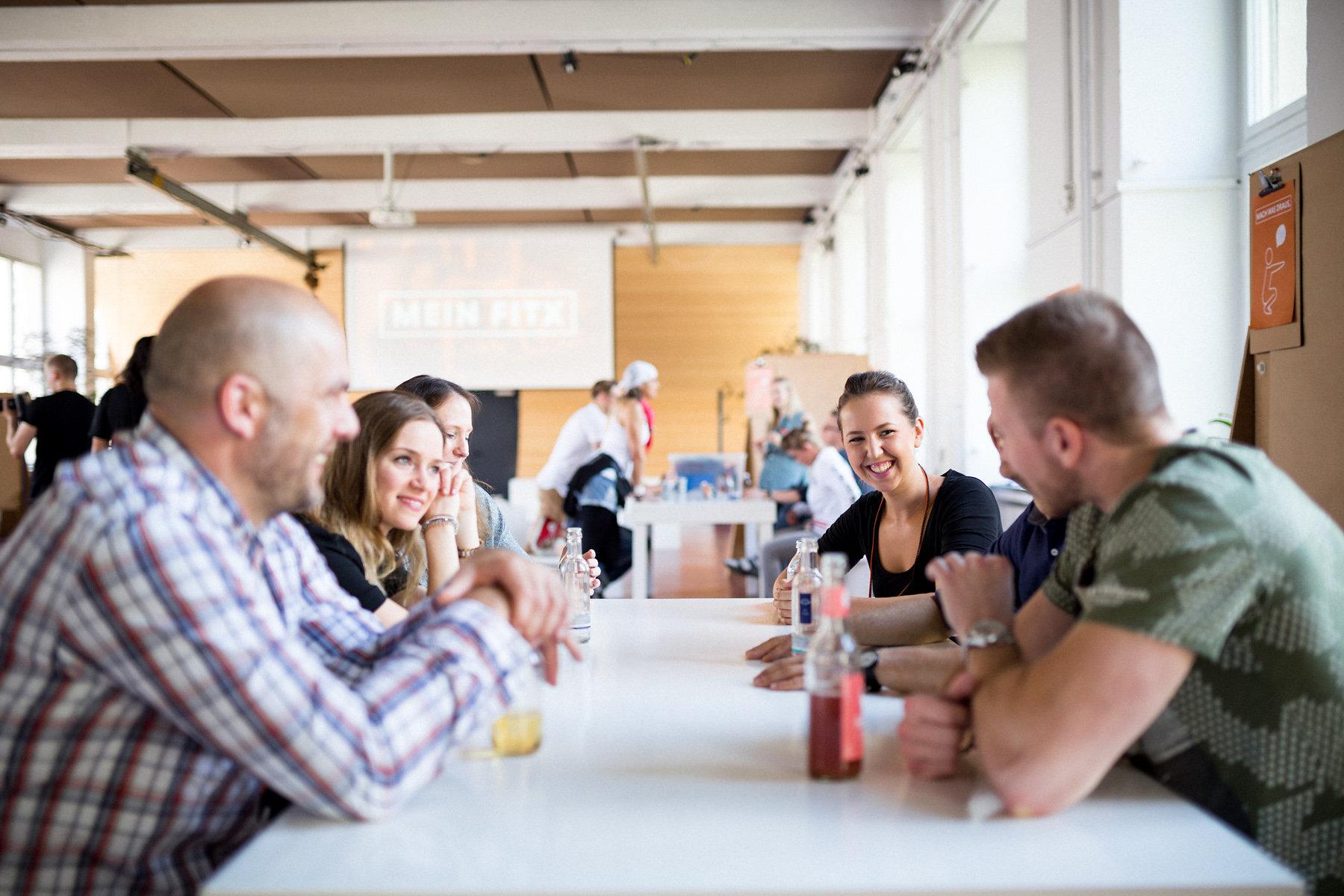 Gruppe Menschen sitzt an einem Tisch
