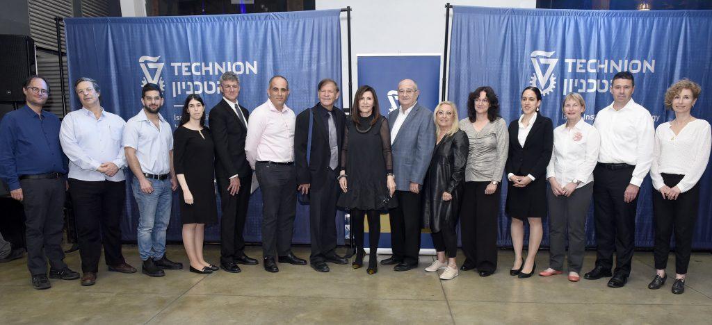 Lauréats du prix Yanai pour 2018 avec Moshe et Rachel Yanai, le professeur Peretz et la docteure Lina Lavie, présidente du comité du prix, la professeure Hagit Attiya et présidente de l'Association des étudiants Amir David Nissan-Cohen